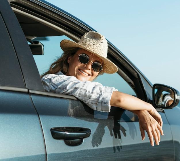 Mujer rubia mirando por la ventana del coche