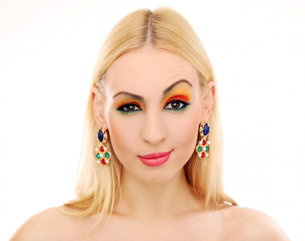 Mujer rubia mostrando su linda mirada de color