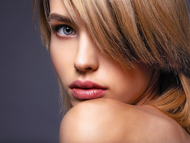 Mujer rubia de pelo corto, flequillo.