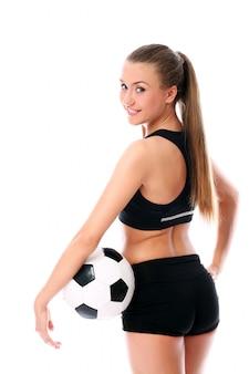 Mujer rubia posando con fútbol