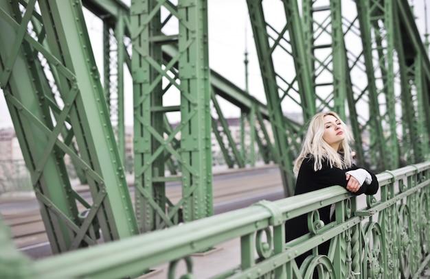 Mujer rubia en un puente