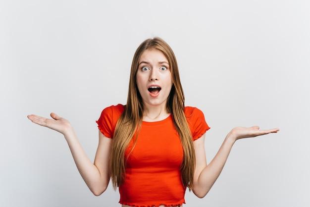 Mujer rubia que parece sorprendida
