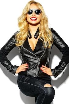 Mujer rubia en ropa casual negra con labios rojos y gafas de sol