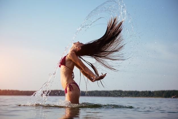 Mujer rubia sobre fondo de agua