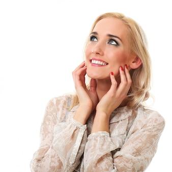 Mujer rubia sonriendo en blanco