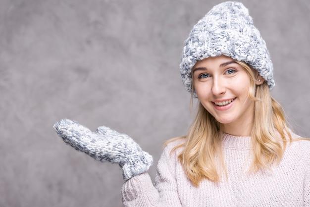 Mujer rubia sonriente con guantes