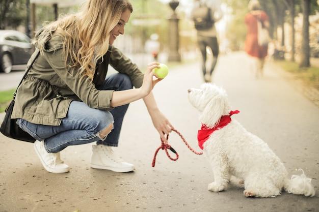 Mujer rubia con su perro lindo