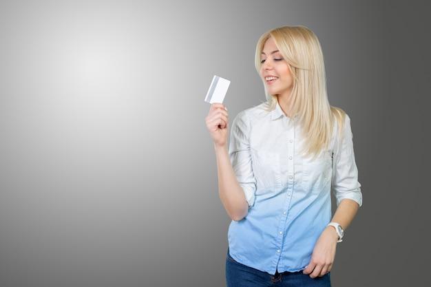 Mujer rubia con tarjeta de crédito