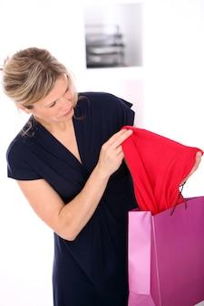Mujer rubia en un vestido
