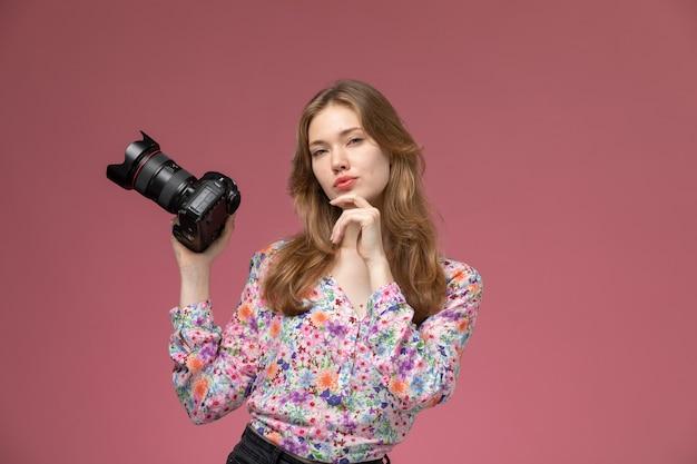 Mujer rubia vista frontal mirando directamente con su cámara