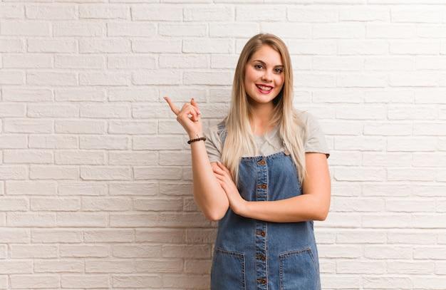 Mujer rusa joven del inconformista que señala al lado con el finger