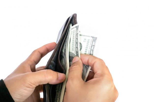 Mujer sacando billetes de dólar de la cartera