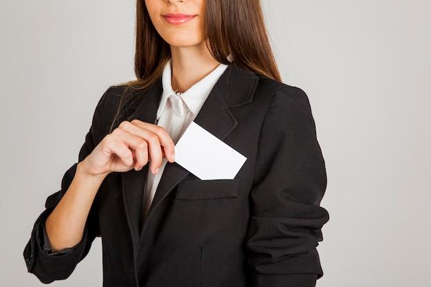 Mujer sacando tarjeta de negocios del bolsillo