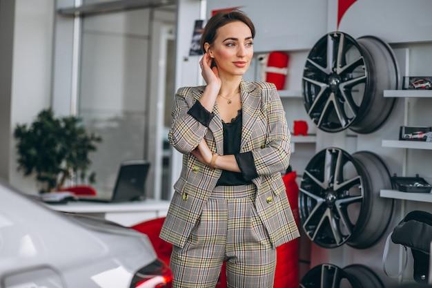 Mujer en una sala de exposición de coches