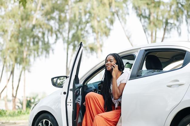 Mujer saliendo del coche