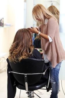Mujer en el salón de peluquería