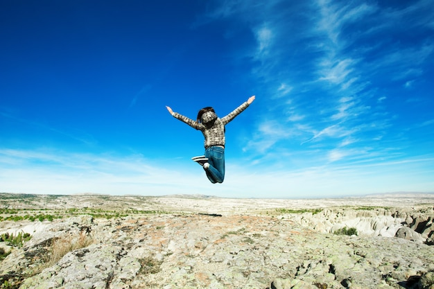 Mujer salta en las montañas