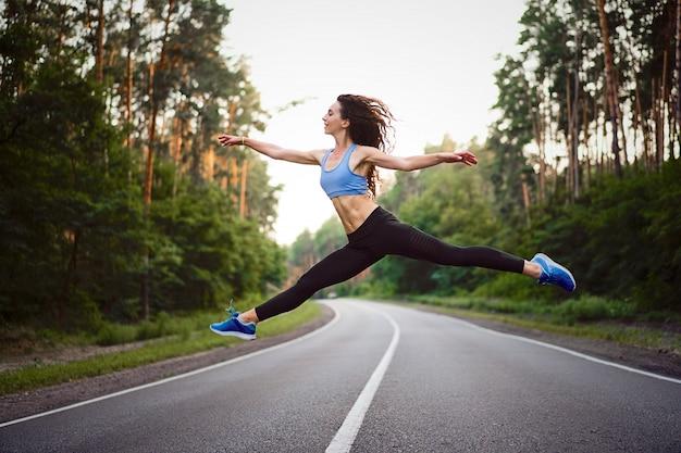 Mujer saltando al aire libre