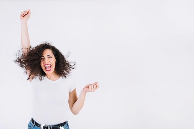Mujer saltando de emoción