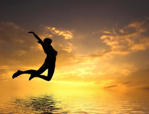 Mujer saltando en la playa