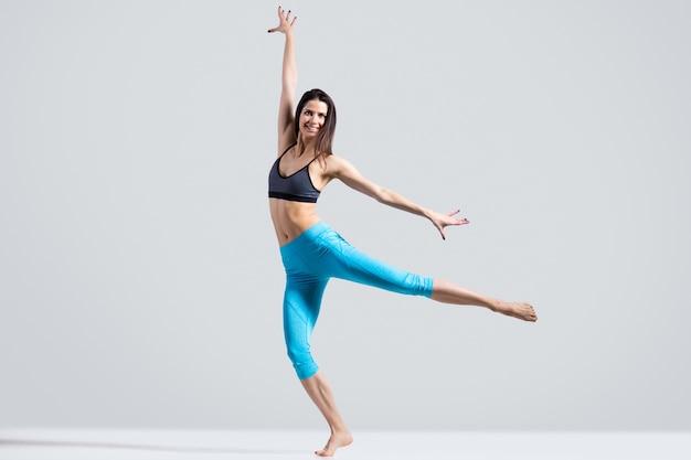 Mujer saludable mostrando una actuación
