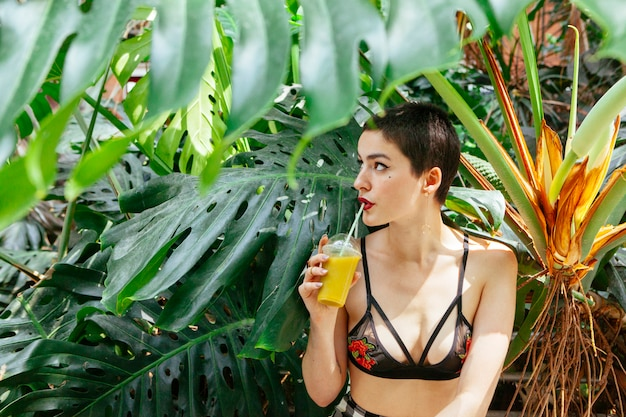 Mujer sana bebiendo un jugo de vitaminas