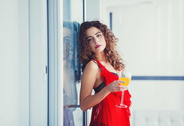 Mujer sana en dieta bebiendo jugo fresco