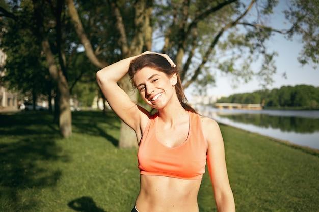 Una mujer sana está haciendo ejercicio al aire libre.
