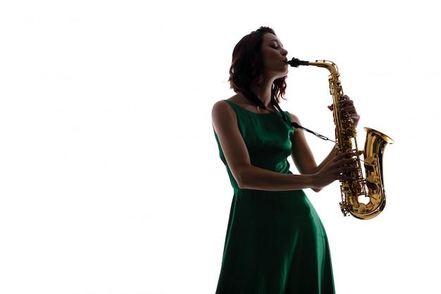 Mujer con saxofón aislado en blanco