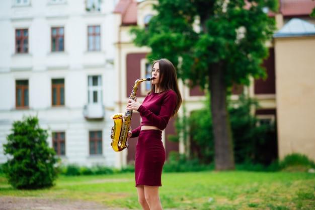 Mujer con saxofón en la calle