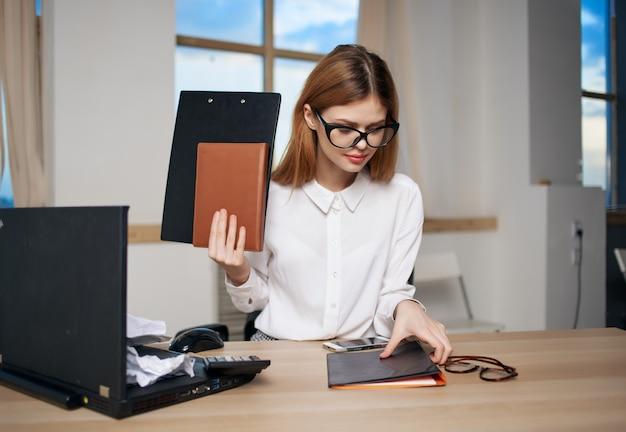 Mujer secretaria oficina trabajo portátil profesional