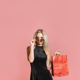 Mujer seductora con bolsa de papel.