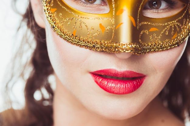 Mujer seductora en máscara de oro