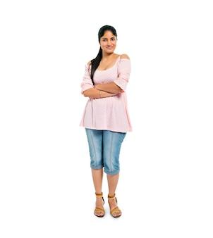 Mujer segura de pie con los brazos cruzados
