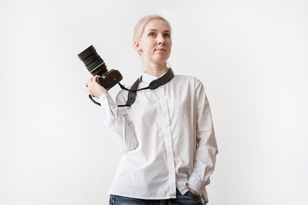 Mujer segura que sostiene una cámara photo