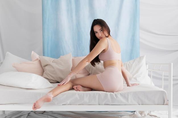 Mujer segura de sí misma con vitiligo posando
