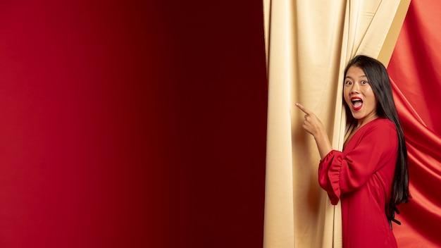 Mujer señalando mientras posa para el año nuevo chino
