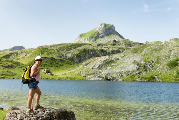 Mujer de senderismo cerca de un lago de montaña