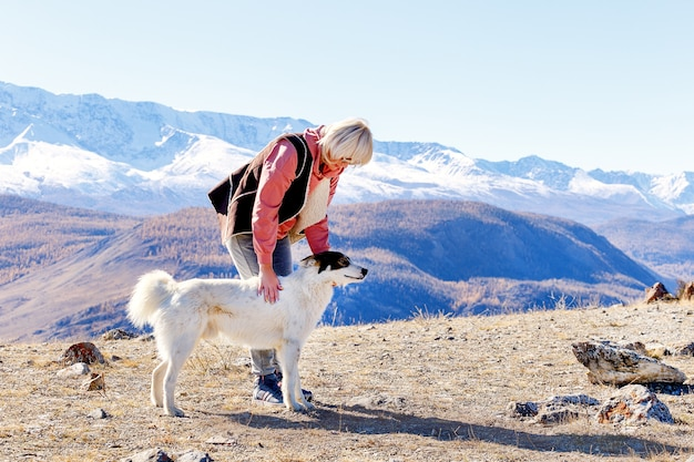 Mujer de senderismo en las montañas con perro