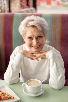 Mujer senior de alto ángulo en el restaurante