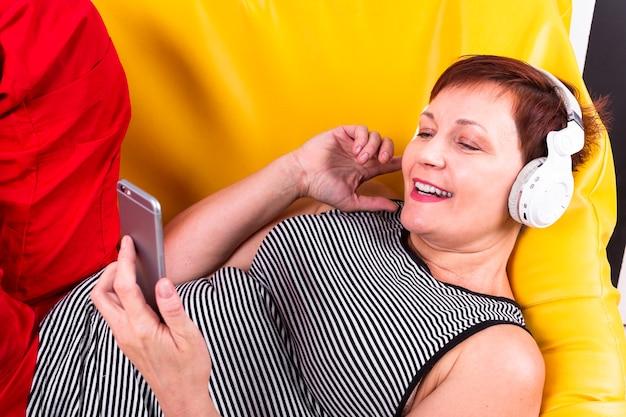 Mujer senior de alto ángulo tendida en el sofá