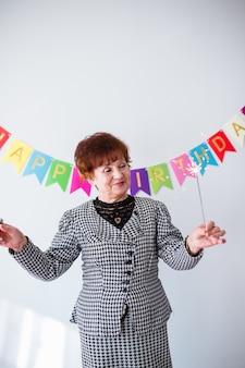 Mujer senior celebrando su cumpleaños en casa