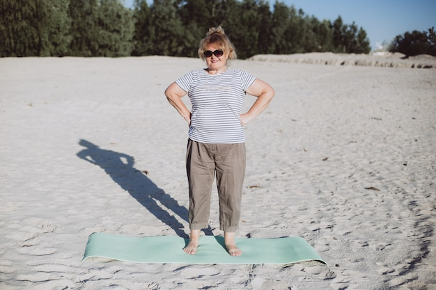 Mujer senior en la playa de verano, jubilación feliz