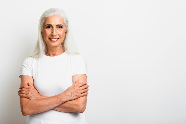 Mujer senior sana con los brazos cruzados