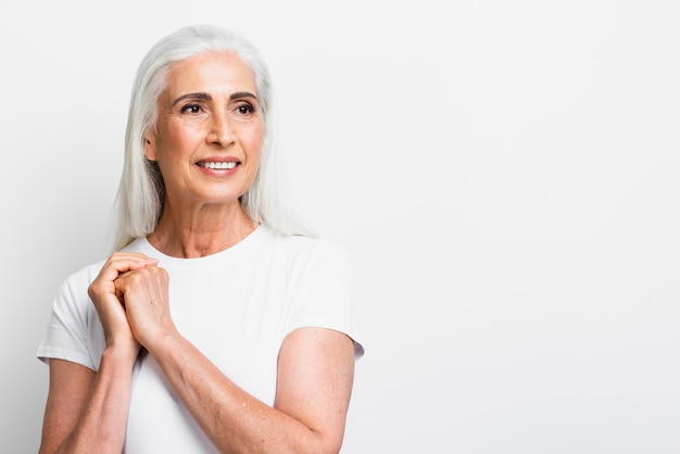 Mujer senior sonriente cogidos de la mano juntos