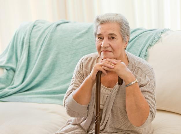 Mujer senior con su bastón