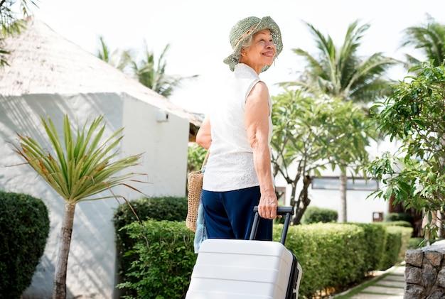 Mujer senior de vacaciones
