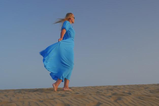 Mujer sensación de libertad en la playa