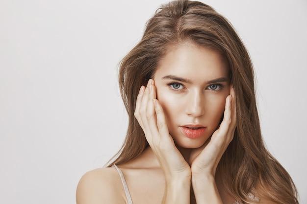 Mujer sensual atractiva con maquillaje natural