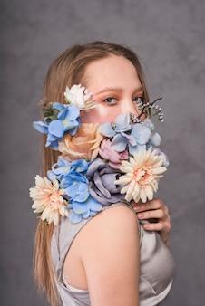 Mujer sensual joven con bella composición de flores